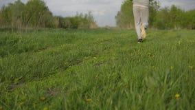 Correndo sulla natura L'uomo è impegnato negli sport archivi video