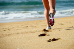 Correndo sulla spiaggia Fotografie Stock