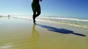 Correndo sulla spiaggia stock footage
