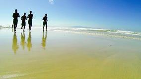 Correndo sulla spiaggia video d archivio