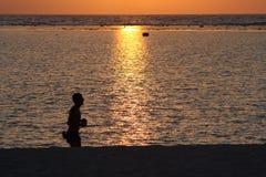 Correndo sulla spiaggia alle Mauritius Fotografia Stock