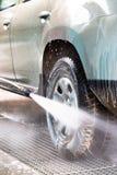 Corrente ad alta pressione dell'acqua che lava un'automobile Fotografie Stock