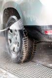 Corrente ad alta pressione dell'acqua che lava un'automobile Immagini Stock