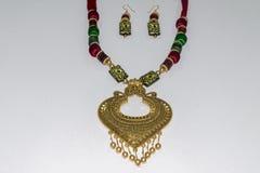 Corrente artificial indiana caseiro de Silk Thread Head do desenhista ou Maang Tikka ou bracelete clássico com coleção dos brinco fotos de stock royalty free