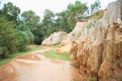 Corrente che attraversa le rocce di rosso Immagini Stock