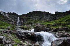 Corrente che entra attraverso le montagne nel Tibet Immagine Stock