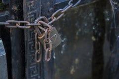 Corrente com o cadeado que fixa portas Fotografia de Stock
