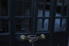 Corrente com o cadeado que fixa portas Imagens de Stock