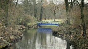 Corrente con il ponte metallico blu di Art Nouveau stock footage