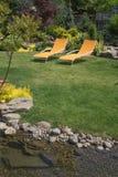 Corrente con le sedie del cortile Fotografie Stock Libere da Diritti