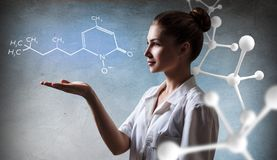 Corrente da molécula do presente da mulher do doutor fotografia de stock royalty free