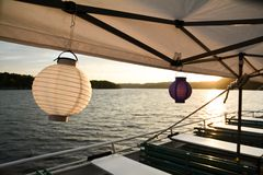 Corrente das luzes com lanternas de papel para um partido do verão fotografia de stock royalty free