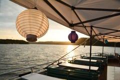 Corrente das luzes com lanternas de papel para um partido do verão imagem de stock royalty free