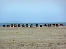 Corrente de cadeiras de praia em uma grande praia Fotos de Stock