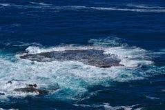 Corrente de oceano na água azul imagens de stock