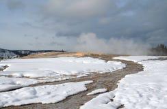 Corrente del geyser a vecchio fedele nel parco nazionale di Yellowstone nel Wyoming U.S.A. Fotografie Stock Libere da Diritti