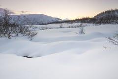 Corrente dell'acqua con le rocce in un paesaggio di inverno nella penombra Fotografia Stock Libera da Diritti