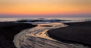 Corrente dell'acqua verso l'oceano immagine stock libera da diritti