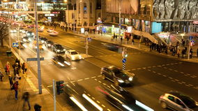 Corrente delle automobili con l'attraversamento pedonale Movimento vago Colpo di Timelapse stock footage