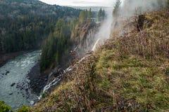 Corrente di acqua che fuoriesce dalla scogliera Fotografia Stock