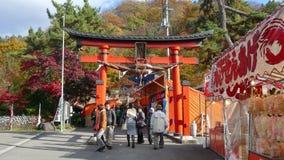 Corrente di Fudo ed il ponte rosso al supporto Nakano-Momiji, città di Kuroishi, prefettura di Aomori, regione di Tohoku, Giappon archivi video