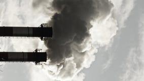 Corrente di fumo scuro dal camino della fabbrica video d archivio