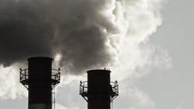 Corrente di fumo scuro dal camino della fabbrica stock footage