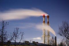Corrente di fumo scuro dal camino della fabbrica Fotografia Stock Libera da Diritti