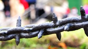 A corrente do ferro com espinhos protege a área dos povos vídeos de arquivo