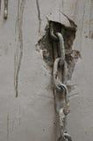 Corrente do metal branco na parede branca Fotografia de Stock Royalty Free