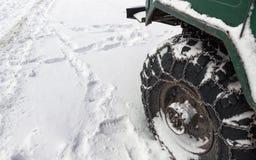 Corrente do metal no pneu fora de estrada do caminhão na estrada nevado fotos de stock