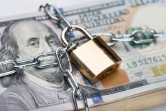 Corrente e cadeado em torno do pacote do dólar Fotos de Stock