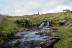 Corrente e cascata sull'isola di Skye Immagine Stock
