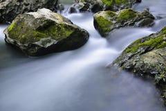 Corrente e rocce Fotografie Stock Libere da Diritti