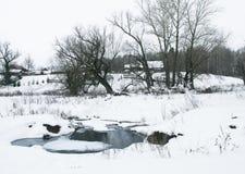 Corrente nel villaggio di inverno Fotografie Stock Libere da Diritti