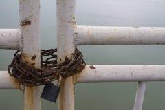 Corrente oxidada com o cadeado na porta Imagens de Stock Royalty Free