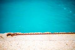 Corrente oxidada no concreto com água foto de stock