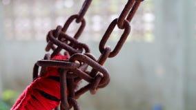 Corrente oxidada velha com corda vermelha para a rede fotos de stock royalty free