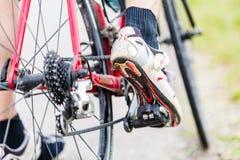 Corrente, pedal, roda traseira e roda dentada da bicicleta Fotografia de Stock