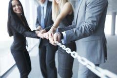Corrente puxando dos homens de negócios Imagens de Stock Royalty Free