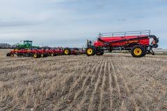Corrente r?pida, SK/Canada- 4 de maio de 2019: Broca do fazendeiro, do trator e de ar que semeia o equipamento em Saskatchewan, C foto de stock