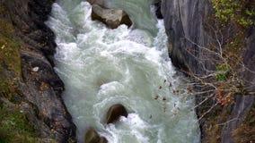 Corrente selvaggia del fiume fra le scogliere e le rocce, Enguri, Mestia, Svaneti, Georgia video d archivio