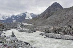 Corrente su un ghiacciaio, paesaggio di Altai La Russia Fotografie Stock