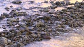 Corrente tranquilla che circola sulle rocce stock footage