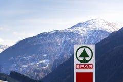 A corrente varejo multinacional holandesa e a concessão Spar o logotipo na loja o 28 de março de 2012 em Matrei em Osttirol, Áust imagens de stock royalty free
