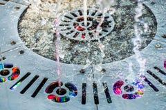 Corrente variopinta della fontana Fotografie Stock