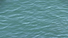 Correntes cruzadas onde a angra de Tallebudgera abre antes de fluir no oceano no Palm Beach, Austrália filme