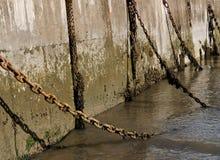 Correntes e parede do porto Foto de Stock
