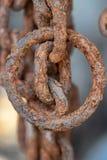 Correntes oxidadas corroídas pela água do mar imagem de stock