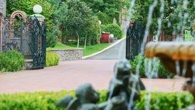 Correnti della fontana in cortile con le sculture delle piante